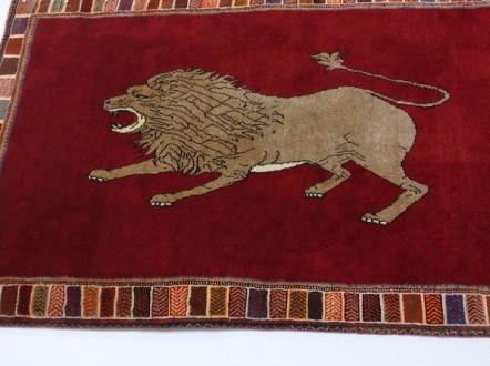 深紅に映えるイケメン獅子 ライオンギャッベ